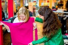 2 женщины в магазине одежды Стоковое Фото