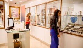2 женщины в магазине ювелира Стоковые Изображения RF