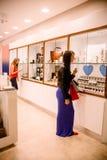2 женщины в магазине ювелира Стоковое Фото