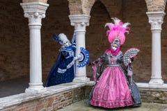 2 женщины в масках и костюмы на масленице Венеции Стоковые Изображения