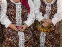 2 женщины в национальных костюмах Стоковые Изображения RF
