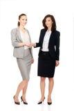 2 женщины в обмундированиях офиса давая рукопожатие Стоковое Изображение RF