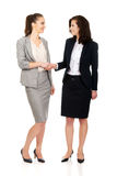 2 женщины в обмундированиях офиса давая рукопожатие Стоковое Фото