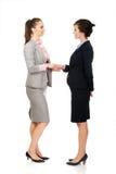 2 женщины в обмундированиях офиса давая рукопожатие Стоковые Изображения