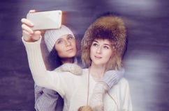 2 женщины в одеждах зимы Стоковое Изображение