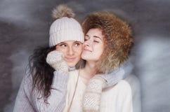 2 женщины в одеждах зимы Стоковая Фотография RF