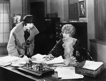 2 женщины в офисе (все показанные люди более длинные живущие и никакое имущество не существует Гарантии поставщика что будет n Стоковые Изображения RF