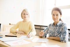 Женщины в офисе делая примечания Стоковое Изображение RF