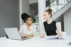 Женщины в офисе Стоковые Изображения RF