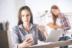 2 женщины в офисе Стоковое Фото