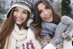 2 женщины в одеждах зимы Стоковое Изображение RF