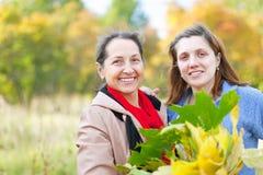 Женщины в парке осени Стоковые Фото