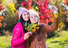 2 женщины в парке осени Стоковая Фотография RF