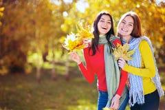 2 женщины в парке осени Стоковое Фото