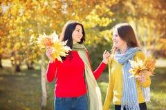 2 женщины в парке осени Стоковые Изображения