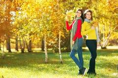 2 женщины в парке осени Стоковые Фото