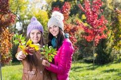 2 женщины в парке осени Стоковое Изображение RF