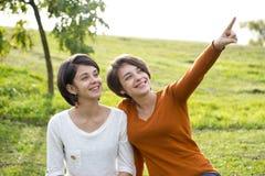 Женщины в парке одном их пункты на что-то Стоковая Фотография
