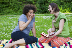 2 женщины в парке с книгой Стоковая Фотография RF
