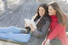Женщины в парке с таблеткой Стоковое фото RF
