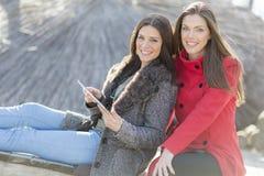 Женщины в парке с таблеткой Стоковое Фото