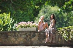 2 женщины в парке Стоковая Фотография