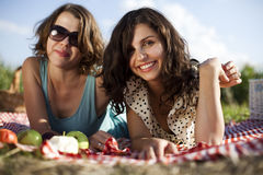 2 женщины в пикнике Стоковая Фотография