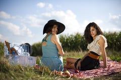 2 женщины в пикнике Стоковая Фотография RF