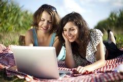2 женщины в пикнике Стоковые Фотографии RF