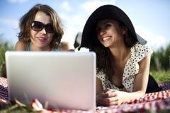 2 женщины в пикнике Стоковые Фото