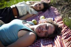 2 женщины в пикнике Стоковые Изображения RF