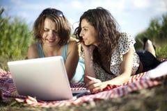 2 женщины в пикнике Стоковое Фото