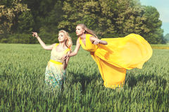 2 женщины в поле, одной летают Стоковое Фото