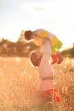 Женщины в поле пшеницы Стоковые Изображения RF