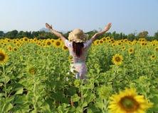 Женщины в поле солнцецветов Стоковое Изображение RF