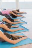 Женщины в представлении раздумья на студию фитнеса Стоковые Изображения RF