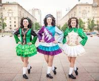 3 женщины в представлять платьев танца Ирландского внешний Стоковое Фото
