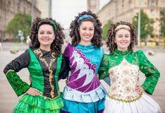 3 женщины в представлять платьев танца Ирландского внешний Стоковое Изображение