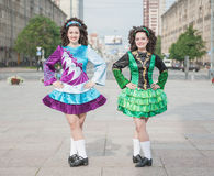 2 женщины в представлять платьев танца Ирландского Стоковое Изображение