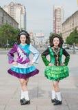2 женщины в представлять платьев танца Ирландского Стоковые Изображения RF