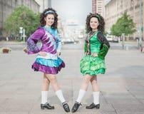 2 женщины в представлять платьев танца Ирландского Стоковое Изображение RF