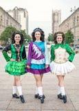3 женщины в представлять платьев танца Ирландского Стоковая Фотография