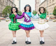 3 женщины в представлять платьев танца Ирландского Стоковые Изображения