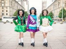 3 женщины в представлять платьев танца Ирландского Стоковое Фото