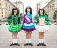 3 женщины в представлять платьев танца Ирландского Стоковое фото RF