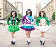 3 женщины в представлять платьев танца Ирландского Стоковое Изображение
