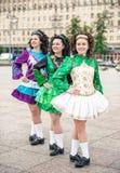 3 женщины в представлять платьев танца Ирландского Стоковая Фотография RF