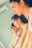 Женщины в протягивать спортзала Стоковые Фото