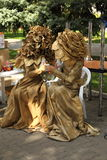 2 женщины в платье золота mascarade флористическом Стоковые Фото