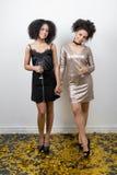 2 женщины в платьях вечера держа руки Стоковые Фотографии RF